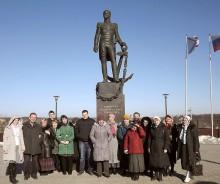 Наша группа под памятником адмиралу Сенявину в Боровске